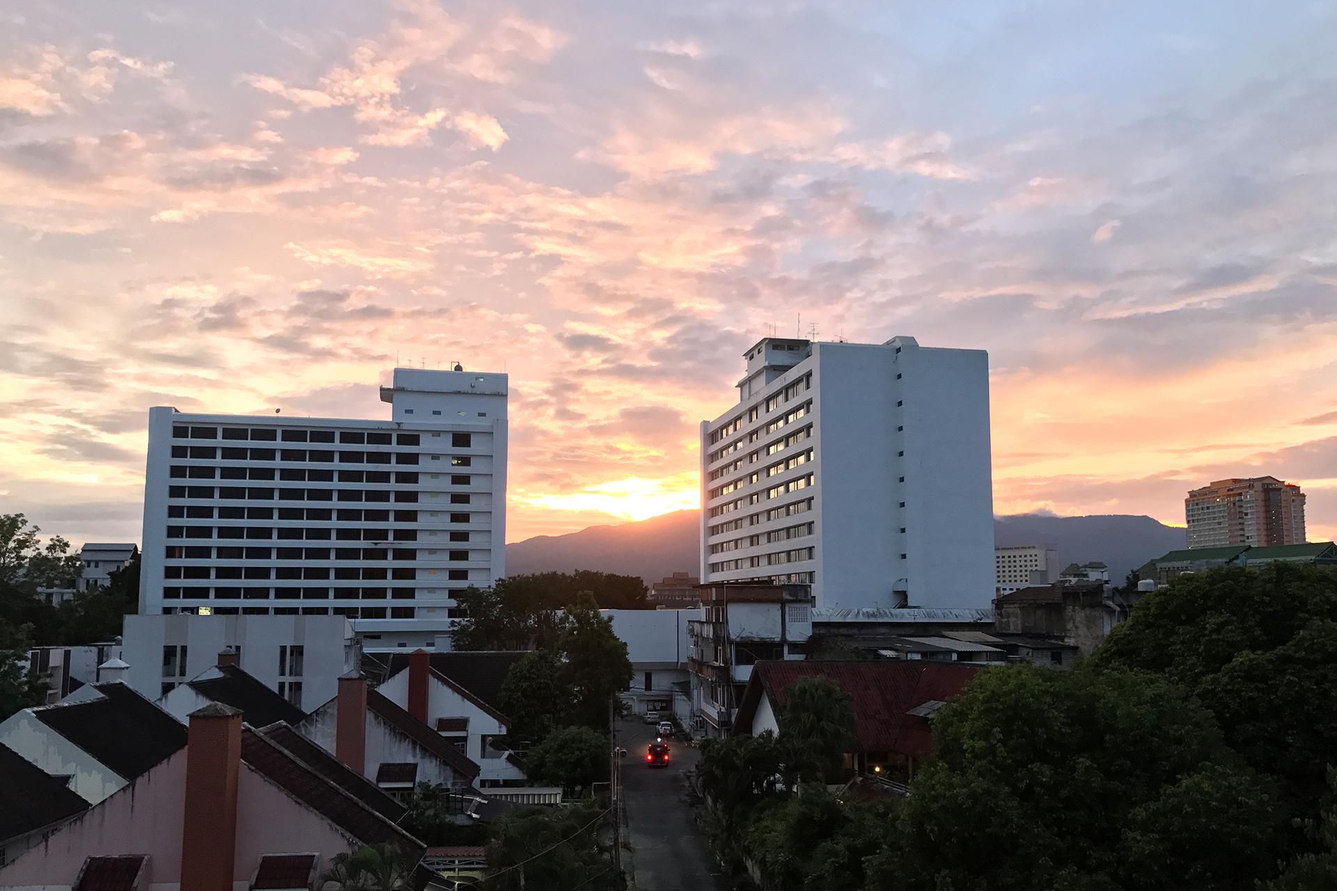 Pôr do sol da janela do nosso apartamento em Chiang Mai